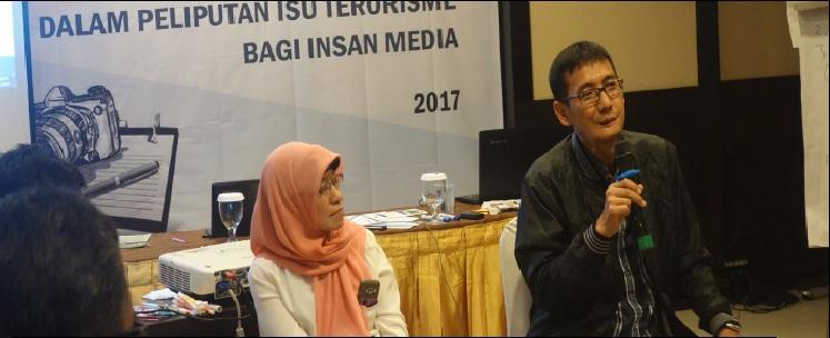 Penyintas Bom JW Marriott 2003, Sari Puspita dan Penyintas Bom Kuningan 2004, Mulyono, berbagi kisah dalam kegiatan Short Course Jurnalistik Penguatan Perspektif Korban dalam Peliputan Isu Terorisme bagi Insan Media di Medan, Sabtu (11/12/2017).