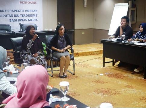 """Penyintas Bom JW Marriott 2003, Sri Hesti, dan penyintas Bom Kuningan 2004, Daisy Nelly, berbagi kisah kepada peserta Shor Course """"Penguatan Perspektif Korban dalam Peliputan Isu Terorisme bagi Insan Media"""" di Jakarta, Rabu (5/4/2017)."""