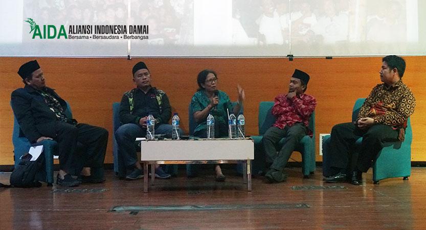 "Seminar Sehari ""Halaqah Keindonesiaan: Belajar dari Korban dan Mantan Pelaku Terorisme"" yang diselenggarakan oleh Aliansi Indonesia Damai (AIDA) bekerja sama dengan Prodi Pendidikan Agama Islam Fakultas Ilmu Sosial Universitas Negeri Jakarta (UNJ) di Jakarta, Kamis (1/11/2018)."