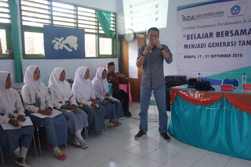 Mulyono, korban Bom Kuningan, menyampaikan kisahnya dalam Dialog Interaktif Belajar Bersama menjadi Generasi Tangguh di SMAN 1 Pajo, Dompu, Nusa Tenggara Barat (17/9/2018).