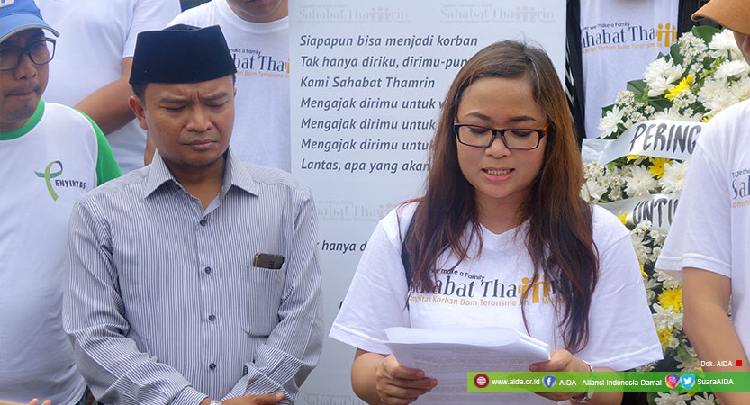 Dwi Siti Rhomdoni (Dwiki) Bersama Direktur AIDA, Hasibullah Satrawi Dalam Peringatan Bom Thamrin.