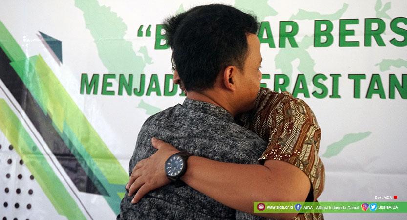Iswanto Kasman (Penyintas Bom Kuningan 2004) dan Choirul Ihwan (Mantan Narapidana Terorisme) Berpelukan Membuka Lembaran Baru Untuk Dunia yang Lebih Damai di Masa Depan.