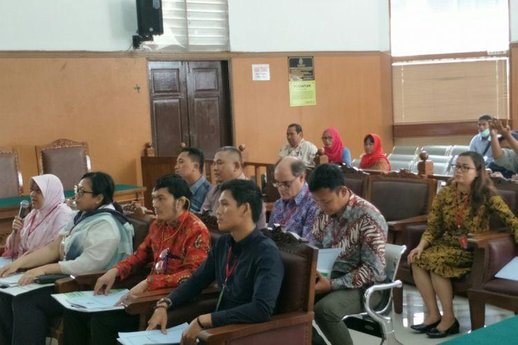 Hairil Islam (Depan, keempat dari Kiri) dan sejumlah korban peledakan bom di Jalan MH Thamrin, Jakarta Pusat, dan Kampung Melayu, Jakarta Timur, mengajukan kompensasi biaya pengobatan mereka kepada negara. Photo: Kompas.com