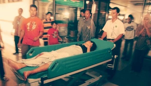Petugas rumah sakit membawa korban luka usai terjadinya ledakan bom bunuh diri di gereja di Solo, Jawa Tengah, (25/09/2011). Photo: Reuters