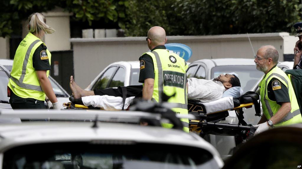 Para petugas ambulans membawa keluar seorang pria dari sebuah masjid di pusat Kota Christchurch, Selandia Baru. Photo: VOA Indonesia