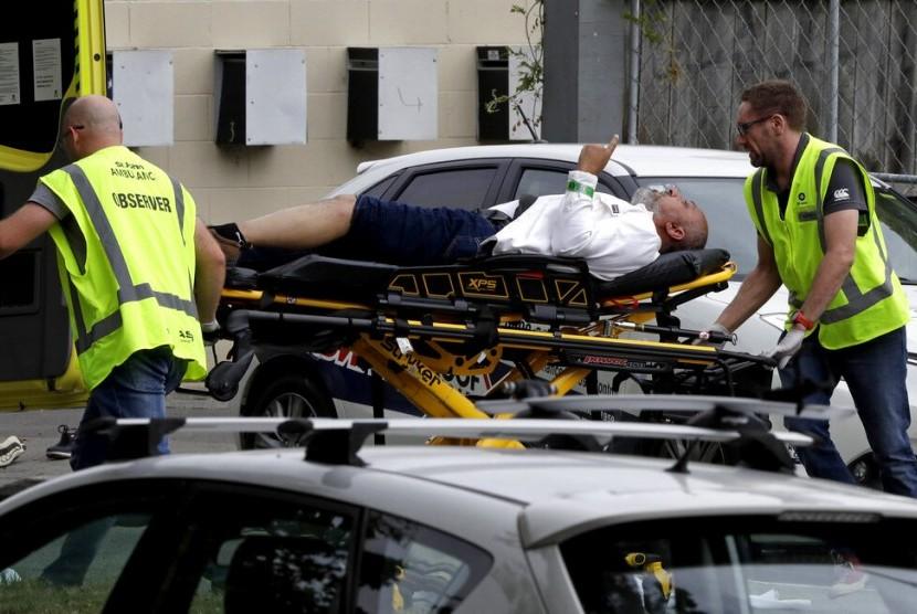 Petugas medis mengevakuasi korban penembakan masjid di Christchurch, Selandia Baru, Jumat, (15/03/2019). Foto: AFP
