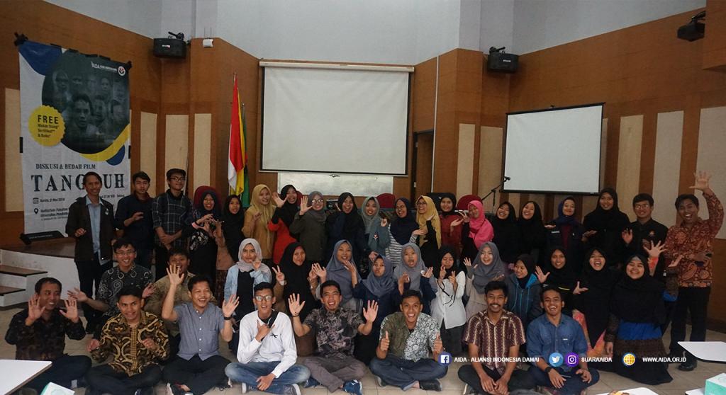 Foto bersama setelah sesi Diskusi dan Bedah Film Tangguh di Kampus Universitas Pendidikan Indonesia (UPI), Bandung,  Kamis (2/5/2019)